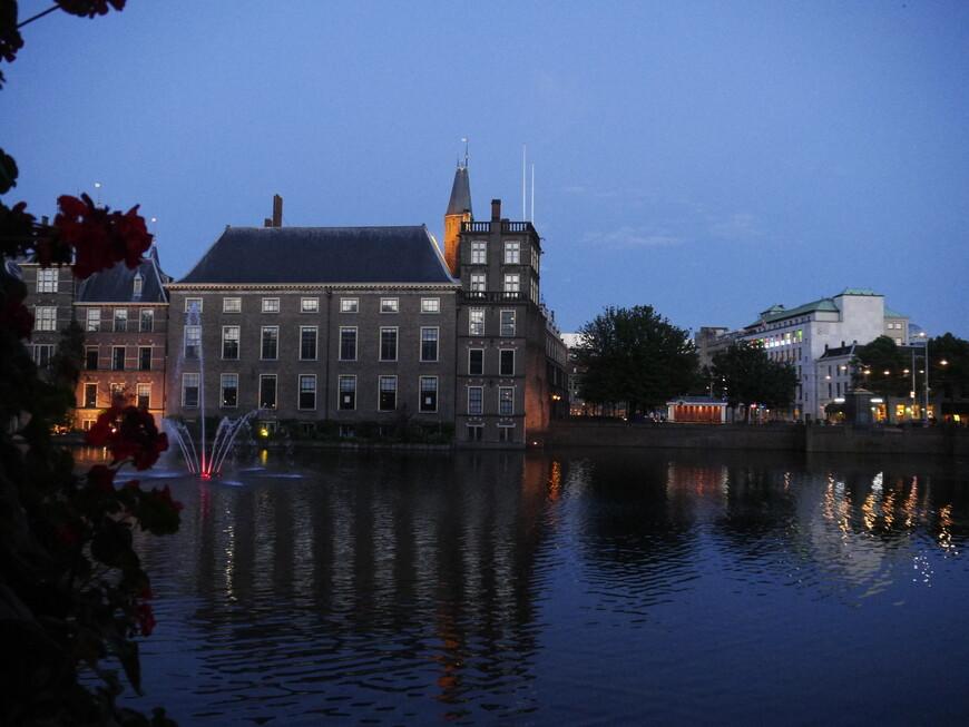Бинненхоф Комплекс зданий, в который входят резиденция парламента и премьер-министра Нидерландов, а также несколько музеев (включая картинную галерею) и исторических памятников. Строительство Бинненхофа началось при Виллеме II в середине XIII столетия. Основное количество входящих в комплекс зданий выстроено в готической манере вокруг пруда Хоффейвер – живописного искусственного водоема, вырытого в далеком 1350 году.