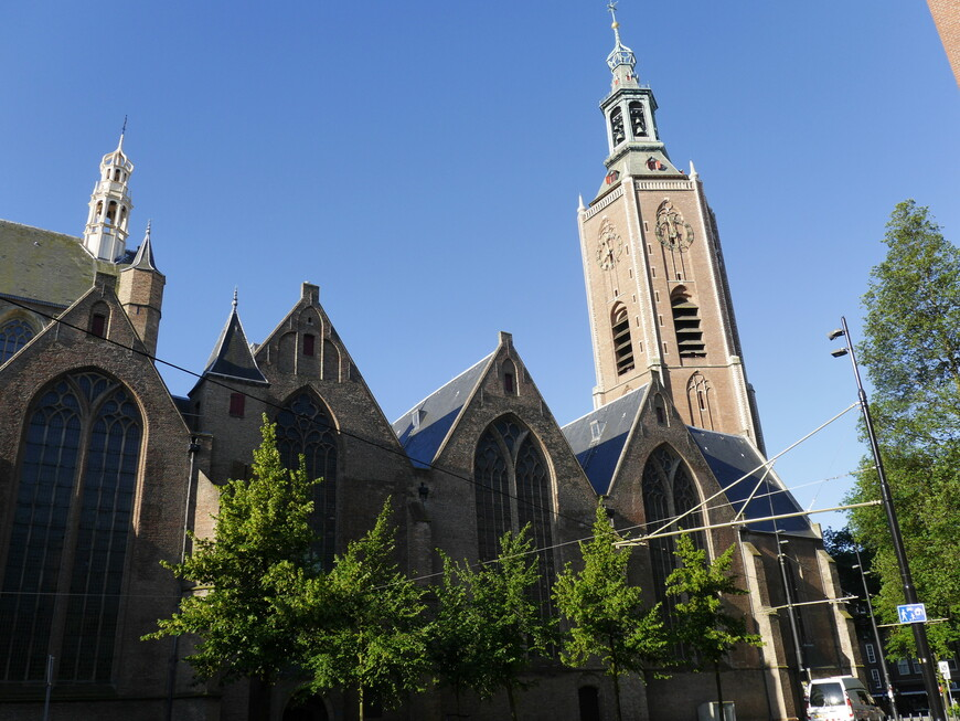 Церковь Святого Якова. Форма шестиугольной церковной башни, в целом, не характерна для традиционной архитектуры Нидерландов, поэтому здание выделяется на общем фоне. В интерьере сохранились старинные витражи и епископская кафедра, изготовленные в XVI столетии.