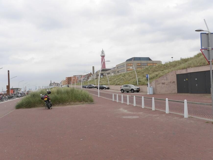 Этот маяк действующий. Наш друг живет в домах, которые видны на заднем плане. Он просто обожает свой прибрежный район, ведь каждую свободную минутку он может метнуться на пляж и посерфить.