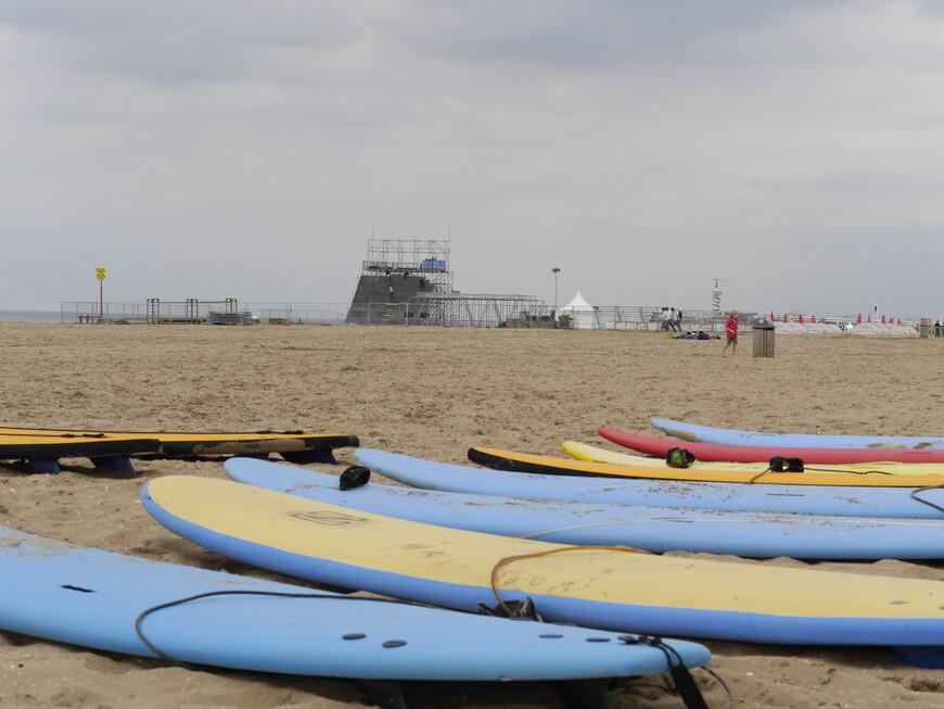 Гаага славится своими протяженными песчаными пляжами и подходящими условиями для занятий кайтсерфингом и виндсерфингом.