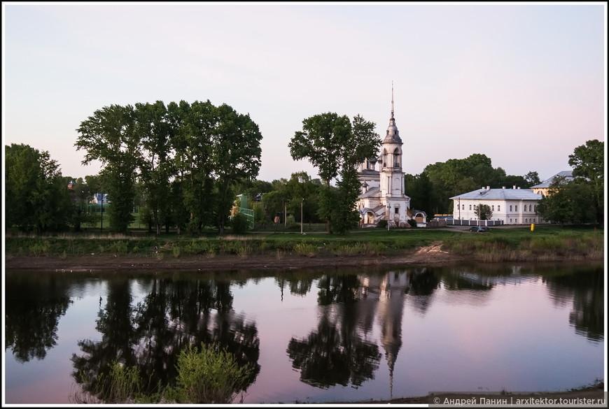 Забыл представить. На том берегу Вологды Церковь Сретения Господня. Из Википедии: Сретенская церковь построена в 1731 году. В её архитектуре слились поздно пришедшее в Вологду русское барокко и традиционное русское узорочье XVII века.