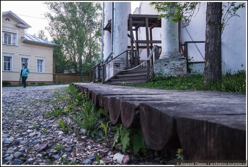 Деревянный тротуар.