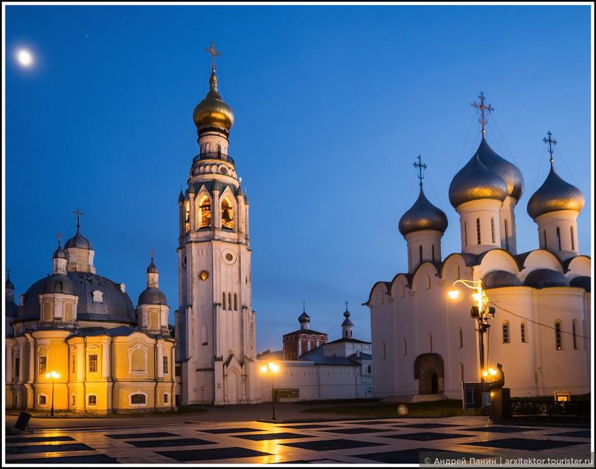 Вечерний вид на Софийский собор, Воскресенский собор и колокольню.