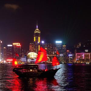 И Гонконг, подружившись и взяв обещание обязательно вернуться, устроит роскошные проводы. С сиянием огней ночного города и алыми парусами, неторопливо скользящими по глади залива. Ну как тут не влюбиться...