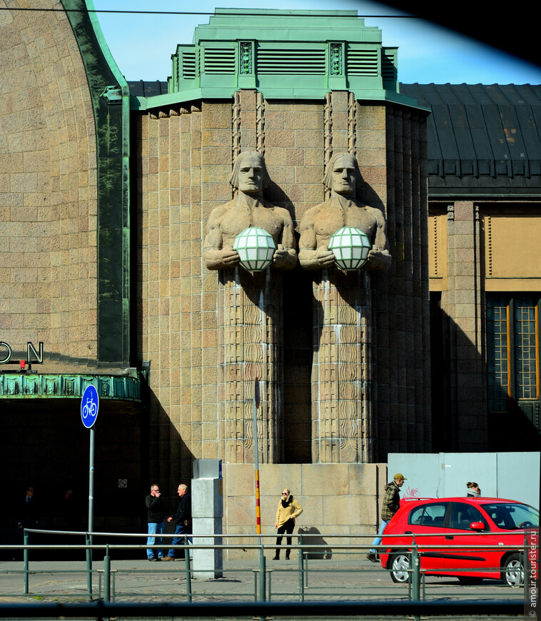 Проехали мимо железнодорожного вокзала Хельсинки с его интересными скульптурами у входа. В Выборге до войны был городской вокзал имеющий много общего с вокзалом Хельсинки, но война разрушила его, а советские власти решили отстроить его в стиле социалистического реализма.