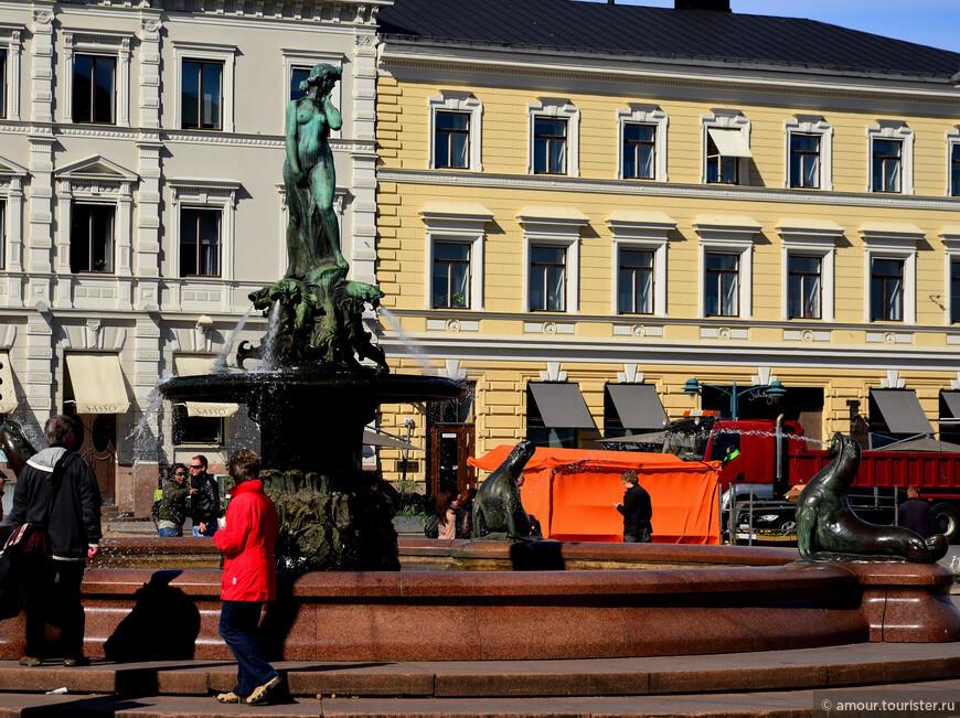 А в 1930-х родилась традиция, которая жива и по сей день: на 1 мая, когда финские студенты отмечают свой «профессиональный» праздник, они надевают на голову нимфы «университетскую» фуражку и устраивают рядом с бронзовой девушкой веселую тусовку. Мы совсем немного опоздали к этому событию.