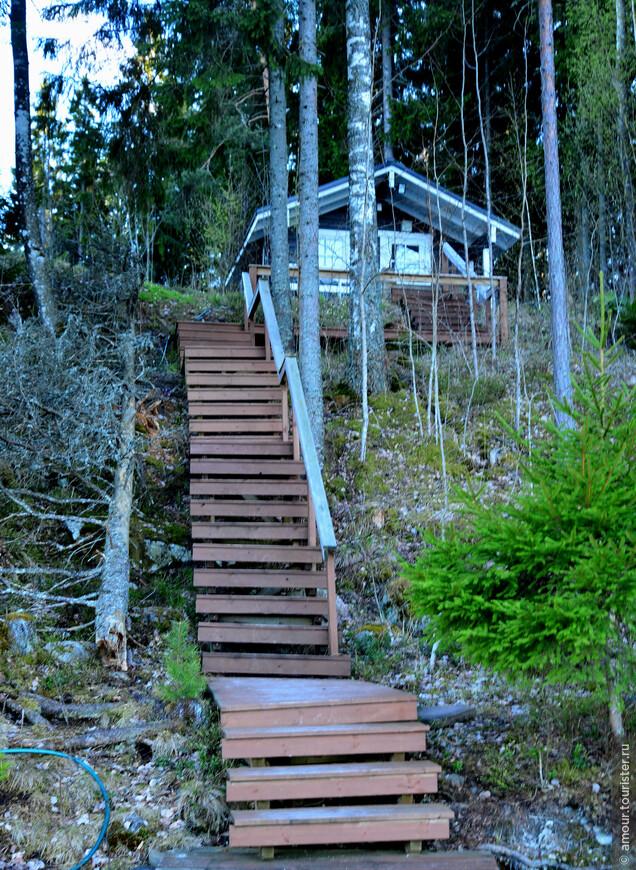 На склоне лестница спускалась к озеру и заканчивалась маленьким пирсом.