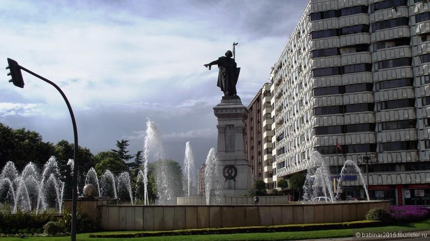 Памятник самому Дону Гусману установлен здесь же на площади. Дон Алонсо Перес де Гусман в XIII-XIV веках это был видный военачальник и герой реконкисты. Как шутят леонцы, Дон Алонсо указывает прямиком на железнодорожный вокзал тем кому город не нравится.