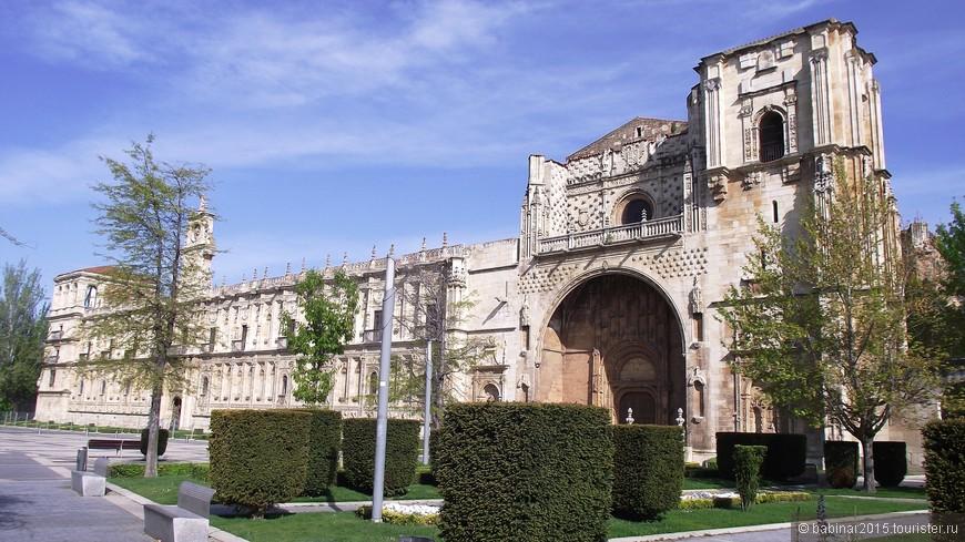Монастырь построен в стиле платереско (более того, он имеет самый длинный в Испании фасад, выполненный в стиле платереско).