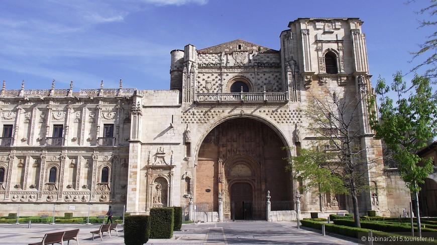 В правой части здания размещена экспозиция Исторического музея Леона, где выставлены археологические находки, предметы декоративно-прикладного искусства, живопись и скульптура.