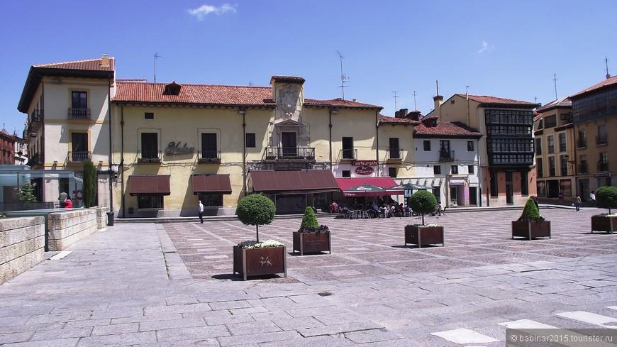 С другой стороны церкви — Площадь Святого Марцелия (la Plaza de San Marcelo), более известная как «площадь голубей» (plaza de las palomas), освоенная пенсионерами, которые приходят сюда, чтобы провести день, греясь в солнечных лучах. Раньше на этой самой Площади Сан Марсело располагалась так называемая «ла Мескита де Бен-и-Меа» (la Mezquita de Ben-i-Mea), что означает «Мечеть Приди-и-Отлей», — живописное старинное здание, которое использовалось как общественный туалет, предназначенный для справления малой нужды. После того, как  в 70-х годах прошлого века сие сооружение исчезло в связи с тем, что понадобилось место для строительства подземной автостоянки, площать стала холодной и суровой.