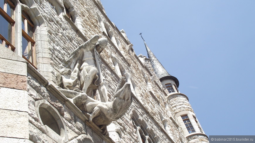 Его главным украшением является скульптурное изображение Св. Георгия, убивающего дракона. Эта тема в различных вариациях пронизывает все дальнейшее творчество Гауди. Статуя выполнена по проекту скульптора Льоренса Матамала