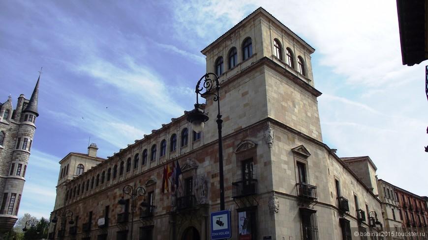 Так же на площади находится здание Правительства Провинции Леон (la Diputación Provincial de León), занимающее Дворец Семьи Гусман, или Дворец Гусманов (el Palacio de los Guzmanes), который возводился с 1560 г. по проекту Родриго Хиля де Онтаньона (Rodrigo Gil de Hontañón).