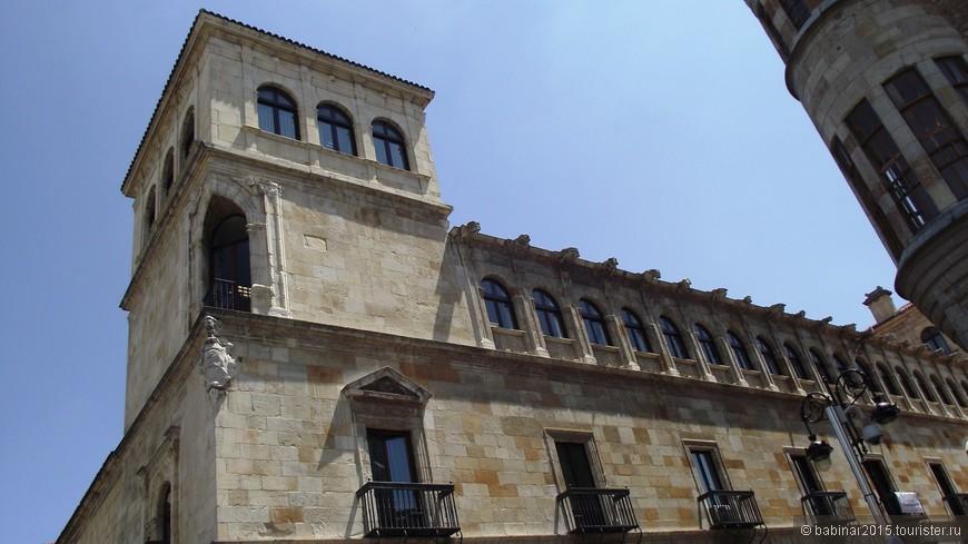 Дворец Гусманес построен по поручению Хуана Киньонеса и Гусмана (Juan Quiñones y Guzman), епископа Калаорры (Calahorra) в 1560 г. под руководством архитектора Родриго Хиля де Онтаньона (Rodrigo Gil de Ontañon) в ренессансном стиле. Семейство Гусманес в свое время было одним из самых влиятельных в Леоне. В 1882 г. здание было передано правительству Провинции Леона. В 1973 и 1976 гг. здание достраивалось под руководством архитектора Фелипе Морено (Felipe Moreno). Здание стоит напротив дома Ботинес (Casa de los Botines) на площади Plaza de San Marcelo. В его облике выделяют главный фасад в классическом стиле с двумя башнями по обоим краям (на верху которых площадки с окнами и балконами). С 1963 г. дворец признан историческим памятником.