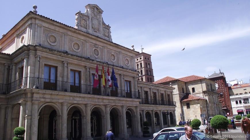 Также на Площади Сан Марсело находится Старая Городская Мэрия (el Viejo Ayuntamiento), где хранится превосходная коллекция живописи Королей Леона.