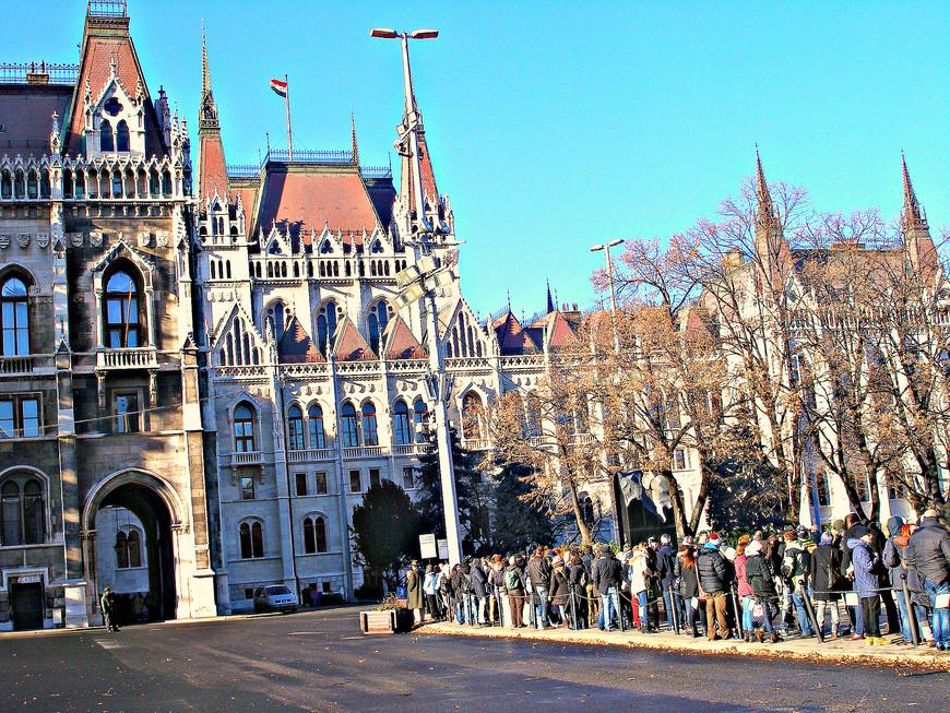 Можно попасть внутрь парламента на экскурсию. Но для этого надо выстоять большую очередь.