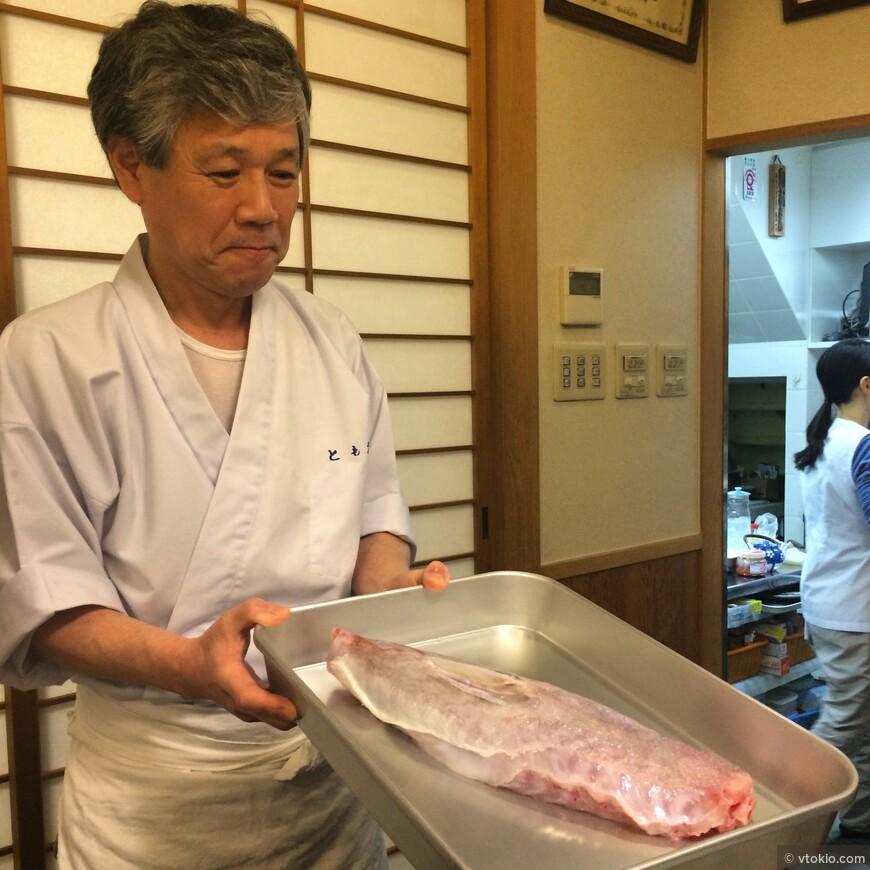 Очень крутой ресторан Фугу в Киото.  И наверное один из немногих в мире, а скорее единственный имеющий звезды мишлен.  В ресторанчике всего 2 стола.