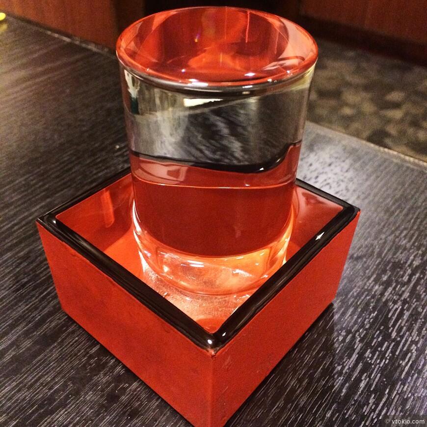 Правильно саке пить холодным, а такая подача самая шикарная.