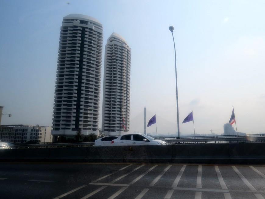 В Бангкоке есть самые невероятные музеи. В некоторых мы побывали. Например, Национальный музей Королевских Барж. Он находится на Khlong Bangkok Noi (near Thonburi side, not far from Phra Pin Klao Bridge). Проще, конечно, было добраться по реке Чао Прайя ( пирс Phra Pin Klao Bridge (S12). Но мы добирались наземным транспортом до остановки Arun Ammarin (Soi Phraya Patiphan Phiset ) перед мостом и по указателю