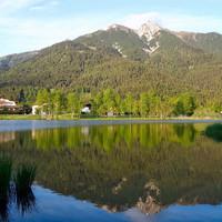 Озеро Вильд шикарно. Оно не такое большое, как Кенигзее или Оберзее, но это настоящее горное озеро с прозрачнейшей водой, пригодное для купаний и в шаговой доступности от центра. Именно здесь вечерами эпицентр занятий спортом, прогулок с собаками.