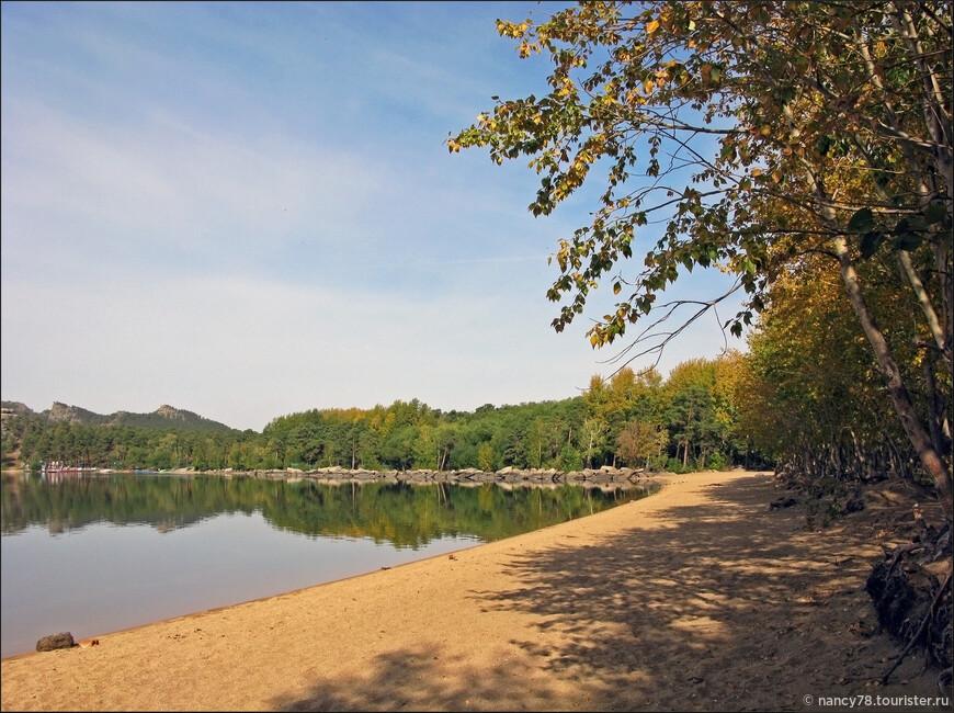 Осенний берег. Так непривычно - никого!.. В Боровом очень хорошо золотой осенью. А в один из особо теплых дней нам даже удалось искупаться.