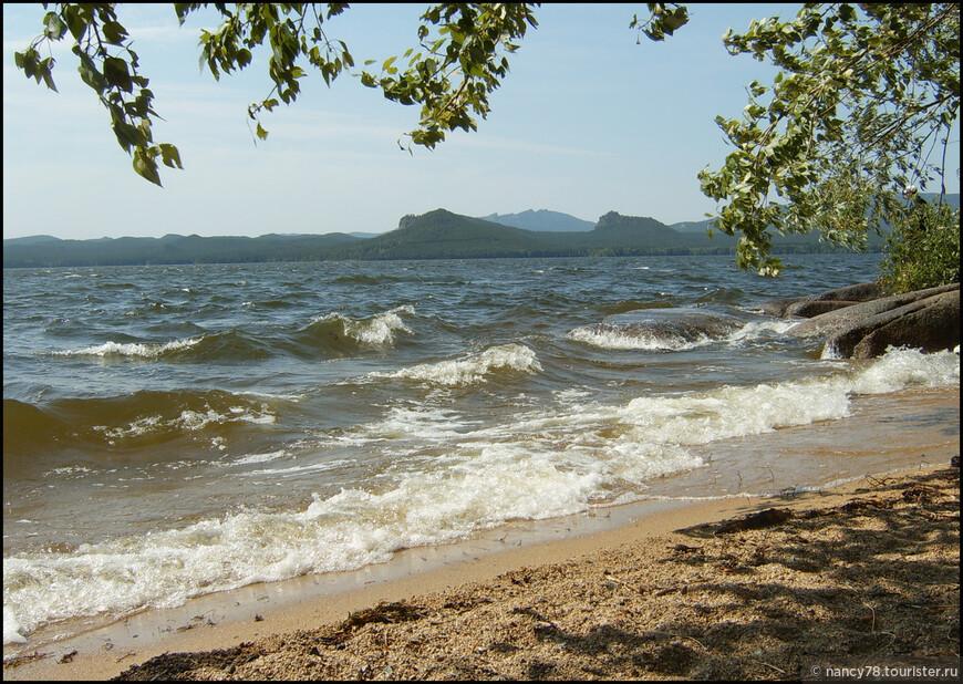 ...до почти морских волн! Это фотография 2006 года, когда наша семья (4 человека) в погожий денёк взяла лодку напрокат и направилась в Голубой залив к Сфинксу. Всё было замечательно - солнышко, тепло, - пока вдруг не налетел ветер и не поднялись штормовые волны! Если честно, было очень страшно, лодку почти переворачивало, и, как назло, негде было причалить к берегу - сплошные скалы и огромные валуны! Чудом нам попался этот мини-пляжик, и папа с братом, отчаянно работая вёслами, из последних сил причалили лодку...