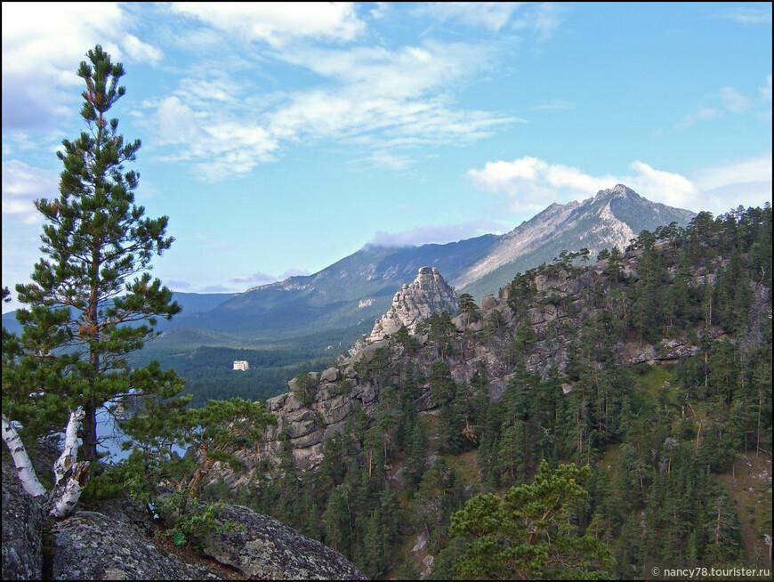 Поднимаемся в горы. В центре кадра - макушка скалы Окжетпес.