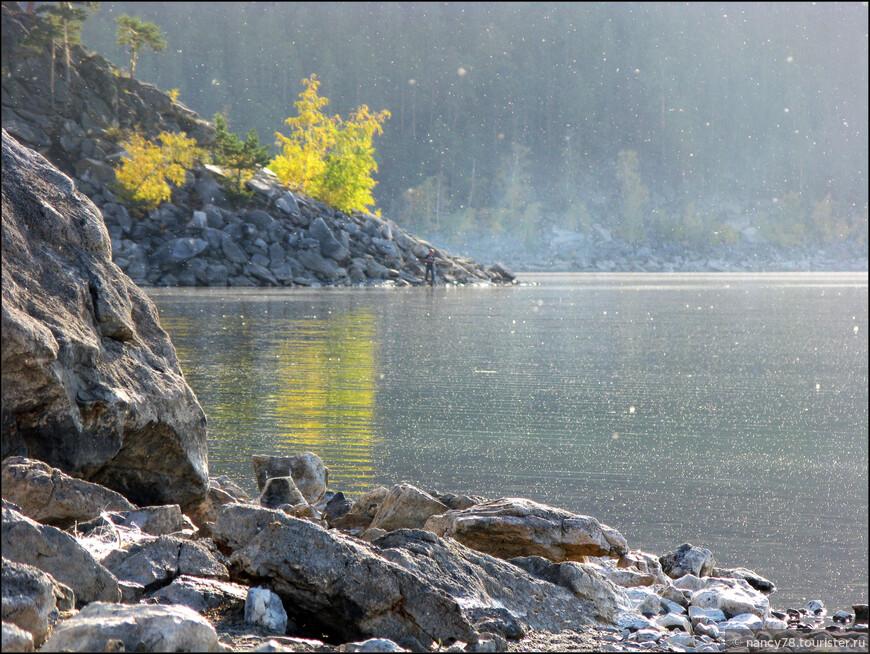 Осенняя дымка (белые точечки - это огромное количество мелких мушек, подсвеченных солнцем)
