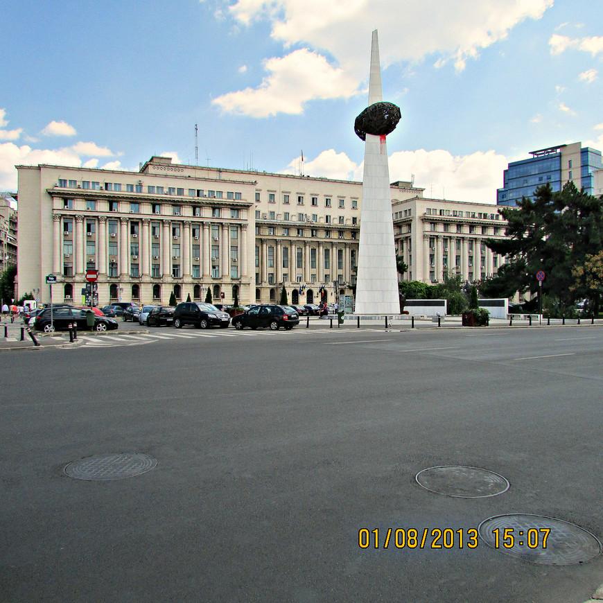 Площадь Революции. В декабре 1989 года здесь развернулись  жестокие бои между повстанцами и армейскими подразделениями службы безопасности Румынии. На заднем плане -  ЦК Компартии Румынии.  21 декабря 1989 года, с балкона этого огромного здания, произнес свою последнюю речь Николае Чаушеску Мемориал символизирует свободу, пробившую  колючую проволоку. Этот неоднозначный по духу и форме и монумент установили те, кто организовал узаконенное убийство Чаушеску. Наверно, в том числе и затем, чтобы облегчить свою совесть.