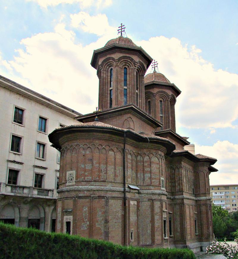 Церковь Крецулеску. Есть в ней что-то византийское.