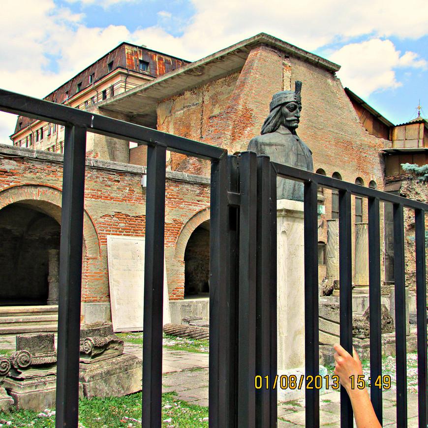 Развалины Куртя Веке, Господарева двора, отстроенного Владом Цепешем. В одном из актов 20 сентября 1459 г. он впервые упоминает Бухарест. Эта дата считается теперь днем рождения города.