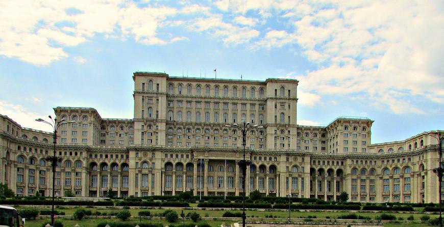 Дворец парламента на холме Спирий. Самый грандиозный памятник эпохи Чаушеску.  Второе по величене здание в мире. Больше только Пентагон