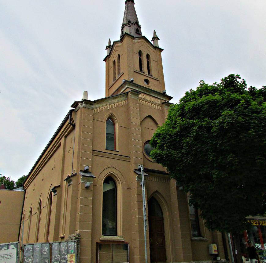 Католическая церковь Непорочного зачатия Девы Марии. Недавно открылась после многолетней реставрации. Но что-то доделывают.