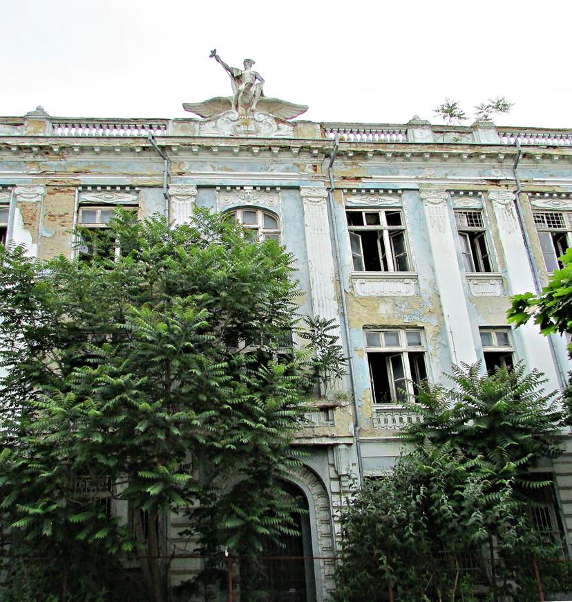 Этому заброшенному дому почти сто лет.