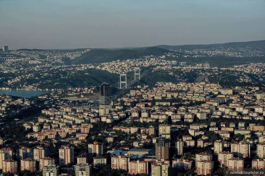 Прямо находится мост султана Фатиха, второй после Босфорского (который правее), мост, соединивший берега пролива.