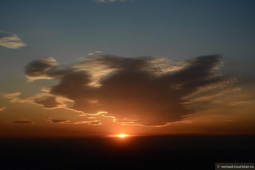 Ближе к половине десятого солнце зашло за горизонт...