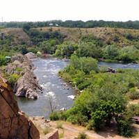Выйдя из лагеря, поднялись на небольшой перевал, откуда открылись красоты бурной реки