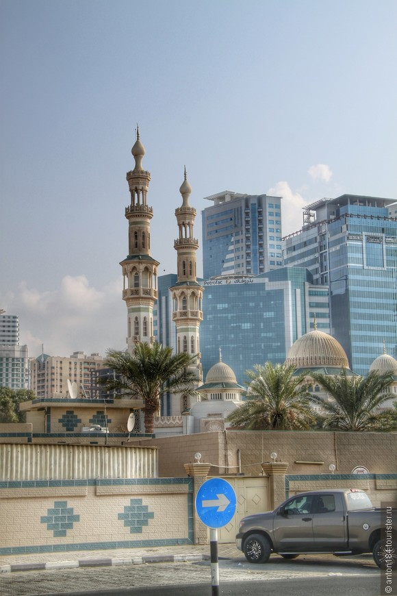 Мечеть Al Qasba в Шардже, входит в число главных достопримечательностей Шарджи. Это один из популярнейших районов не только у многочисленных туристов, но и у местных жителей.