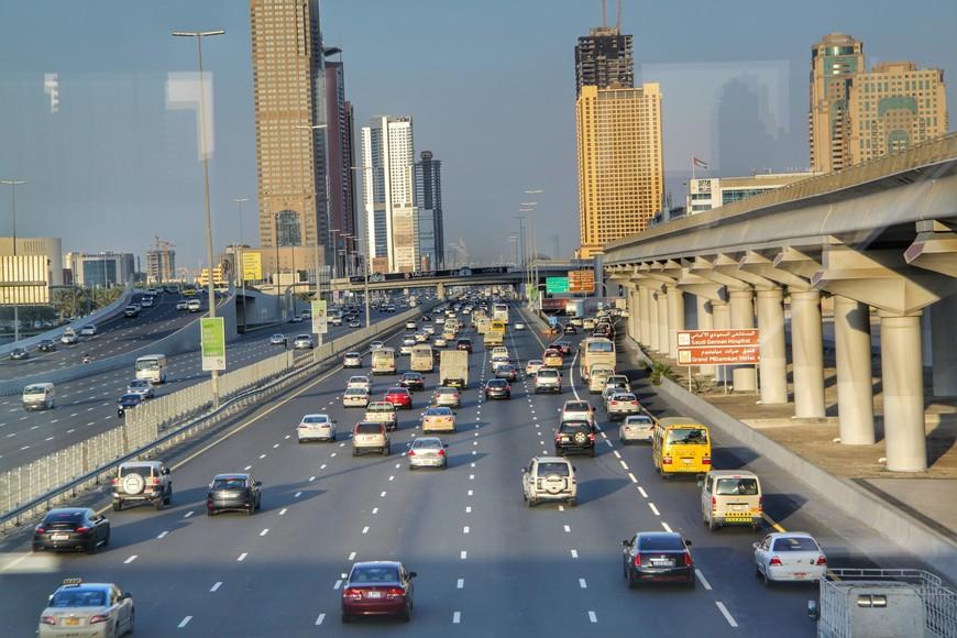 Шоссе шейха Зайда.Самая протяжённая дорога в городе Дубай, имеющая 12-полосное движение. Длина шоссе составляет 55 км. Дорога является продолжением самой крупной автострады в Объединённых Арабских Эмиратах.