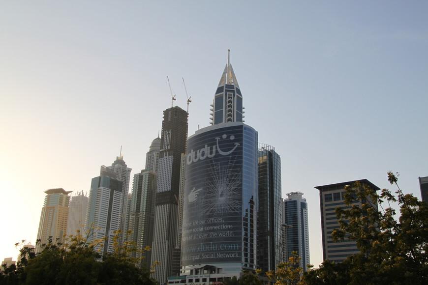 Бурлящий жизнью городок спроектирован на подобии Манхеттена и токийского Гинза. Он занимает площадь в 6 квадратных километров и расположен в самом сердце Дубая. Весь массив Бизнес бэй находится на побережье Дубайской бухты и примыкающего к ней канала, длинной 2,8 километра