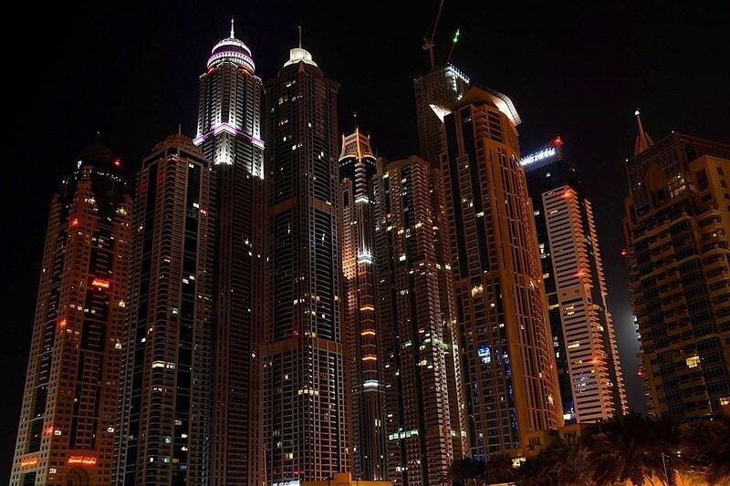 Дубаи Марина — это настоящий маленький город в большом городе, где жизнь бьет ключом. В сердце престижного комплекса находится одна из самых фешенебельных яхтенных пристаней в мире, а на набережной притаились шикарные бутики, прибрежные рестораны и кофейни.