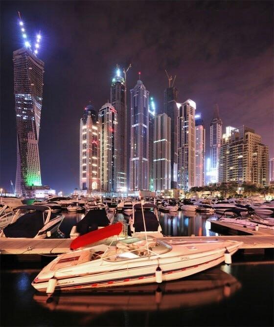 Дубай Марина - искусственно созданный залив. Это одна из самых крупных запланированных застроек мира. Марина — это город, возведенный на канале, который отдаленно напоминает Венецию, только функцию свай здесь выполняют современные пристани. Этот фешенебельный район уютно расположился вдоль 4 километрового участка побережья Арабского залива