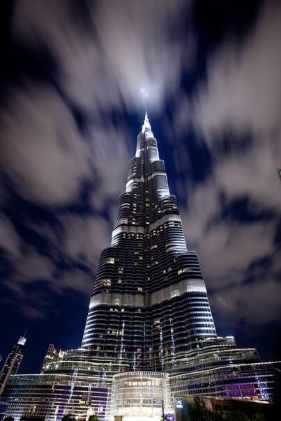 Бурдж-Халифа. Бурдж-Халифа – высочайшее здание планеты, вид на которое открывается из любой точки Дубая. Точная его высота составляет 828 метров. Бурдж-Халифа строился по принципу «город в городе». Небоскрёб автономен и никак не зависит от города. На площади 344 тыс. м.кв. с комфортом расположились жилые апартаменты, развлекательные центры, офисные площади, бульвары, парки; даже для роскошного отеля Armani Hotel