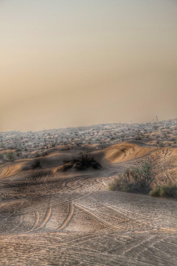 Песок пустыни лежит поверх гипса или гравия и имеет оранжево-красный цвет, так как преобладает кварцевый песок