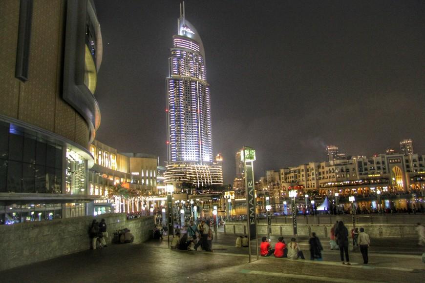 Площадь перед торговым центром Дубай Молл