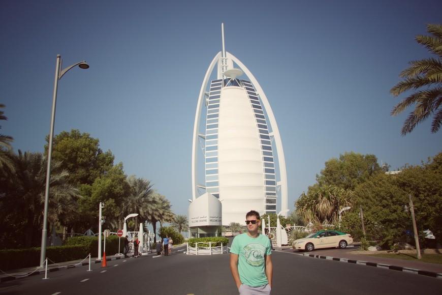 Отель Бурдж-аль-Араб. Бурдж аль-Араб - роскошный пятизвёздочный отель, стоящий на искусственном острове посреди Персидского залива. Его высота составляет 321 метр - это второй по высоте отель в мире.