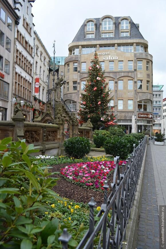 Фонтан Хайнцельменхен, установлен в 1899 г. в честь писателя Августа Копиша. Его перу принадлежит сказка про гномиков, которые появлялись в Кельне по ночам и наводили в нем порядок и  занимались ремеслами.