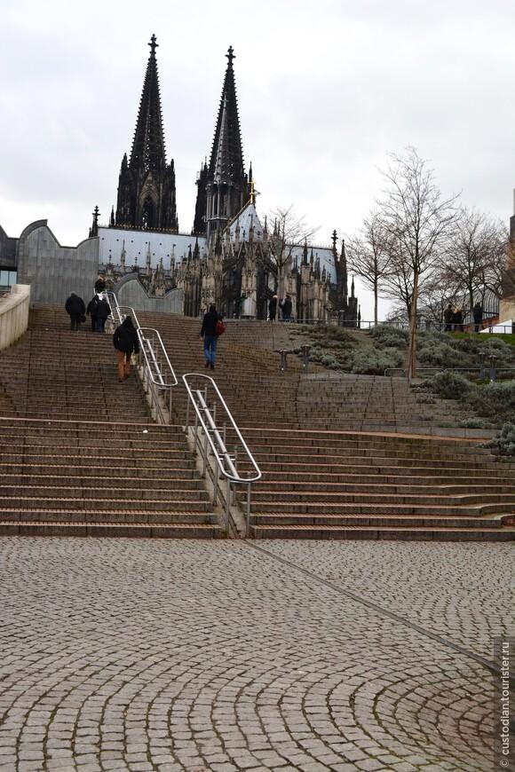 вид на собор со стороны набережной