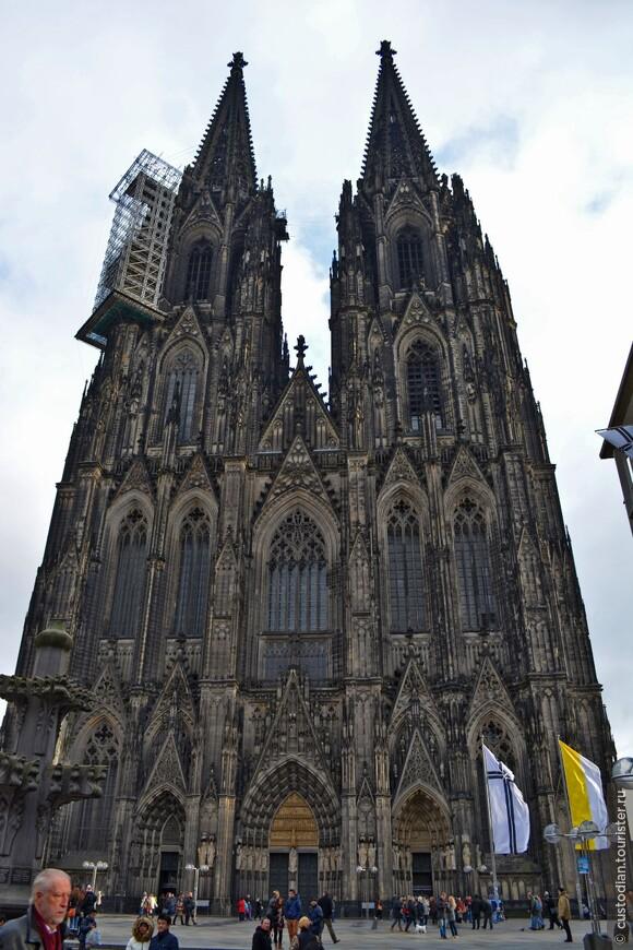 Кельнский собор - занимает третье место в списке самых высоких церквей мира и внесен в список объектов Всемирного культурного наследия.