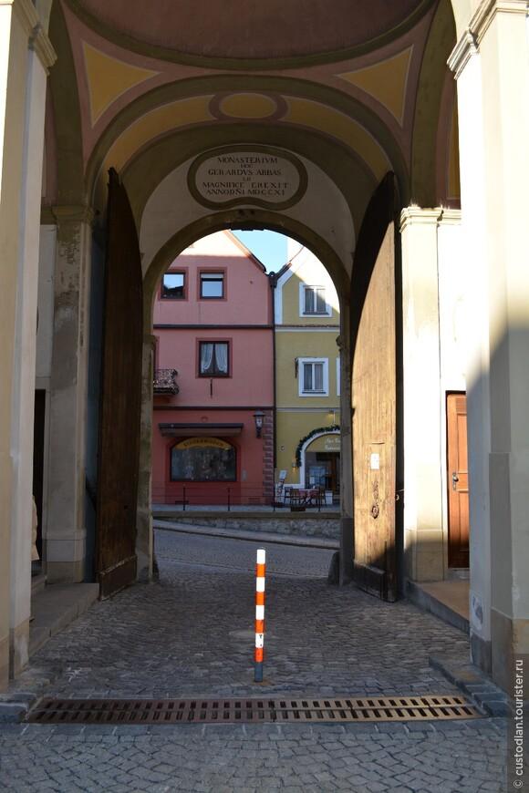 поворот на 180 градусов... т.е. вход во двор монастыря. В начале 19 века монастырь был закрыт в результате церковной реформы. Позже город выкупил здания монастыря и сейчас тут городской музей.